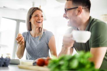 Paar kocht gesund zusammen