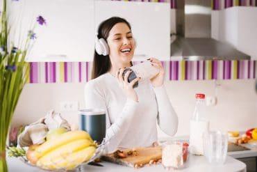 Frau mit Shaker in der Küche