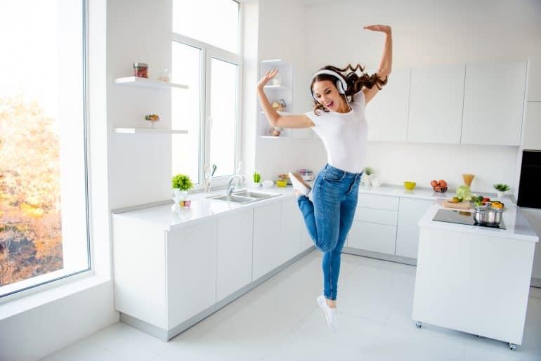 Frau tanzt durch die Küche