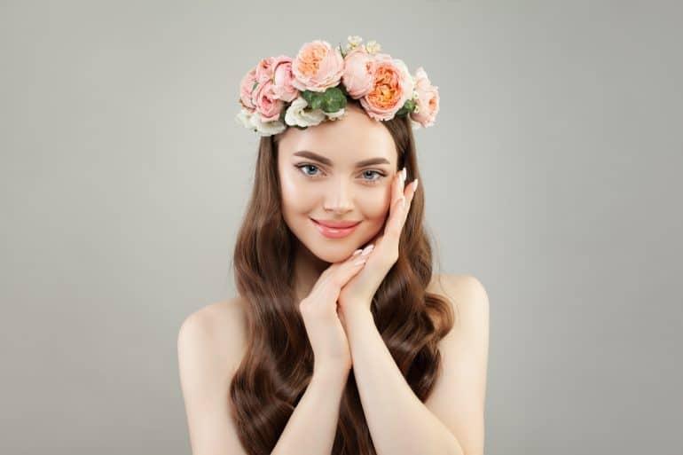 Junge Frau mit Blumenkranz im langen Haar
