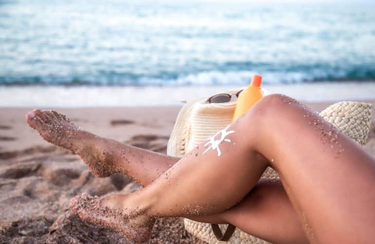 Beine einer Frau am Strand