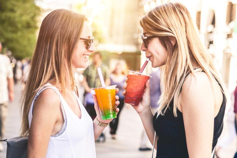 Zwei Frauen trinken Bubble Tea
